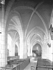 Ancienn abbaye Saint-Sauveur de Charroux - Vue intérieure du bas-côté sud et de la nef, vers l'ouest