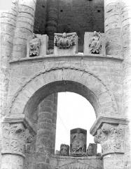 Ancienn abbaye Saint-Sauveur de Charroux - Eglise - Tour lanterne octogonale : Fragments sculptés déposés et détail d'une arcade