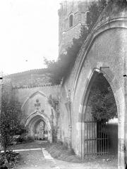 Ancienn abbaye Saint-Sauveur de Charroux - Cloître (ancien) : Restes d'arcades sur le jardin, à l'angle nord-est