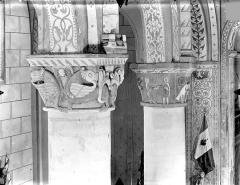 Eglise Saint-Gervais Saint-Protais - Chapiteaux : Monstres ailés. Personnages se donnant la main
