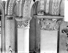 Eglise Saint-Gervais Saint-Protais - Chapiteaux : Animaux enlacés. Monstres ailés