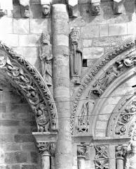 Eglise Saint-Nicolas - Façade ouest : Statues des écoinçons situés entre la baie nord et la baie centrale du 1er étage