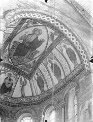 Eglise Sainte-Radegonde - Peintures murales du choeur, dans le cul-de-four de l'abside : Le Christ en majesté et le tétramorphe. Vierge à l'Enfant entre deux anges. Personnages d'Eglise