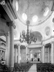 Eglise Saints-Pierre-et-Paul - Vue intérieure de la nef vers le choeur : Coupole