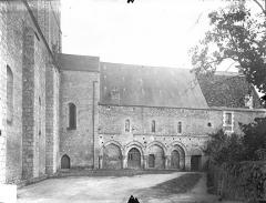 Ancienne abbaye - Bâtiment abbatial subsistant (aile est) : façade sur l'ancienne cour du cloître