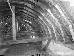 Ancienne église abbatiale - Vue intérieure des combles : Charpente de la nef