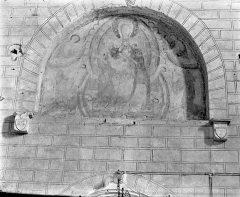 Ancienne église abbatiale - Peinture murale de la nef - Tympan au-dessus de la porte ouest : Vierge en majesté entourée d'anges et de saints abbés