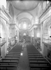 Temple protestant - Vue intérieure de la nef vers le choeur, prise depuis la tribune