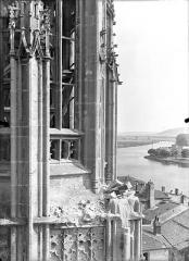 Eglise Saint-Martin - Clocher : Angle atteint par le bombardement