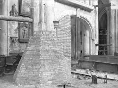 Eglise Saint-Martin - Vue intérieure de la nef : Piliers étayés
