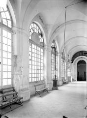 Ancienne abbaye Sainte-Marie-Majeure ou des Prémontrés ou ancien petit séminaire - Cloître - Vue intérieure d'une galerie : Pilier endommagé