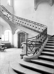 Ancienne abbaye Sainte-Marie-Majeure ou des Prémontrés ou ancien petit séminaire - Grand escalier carré dans l'aile ouest du cloître