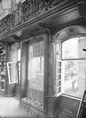 Ancienne abbaye Sainte-Marie-Majeure ou des Prémontrés ou ancien petit séminaire - Bibliothèque (au 1er étage de l'aile est du cloître) : Fenêtres, boisieries et balcon