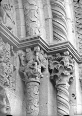 Eglise Saint-Hilaire - Portail de la façade ouest : Chapiteaux, côté droit