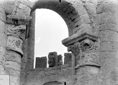 Ancienn abbaye Saint-Sauveur de Charroux - Eglise - Tour lanterne octogonale : Arcade et chapiteaux