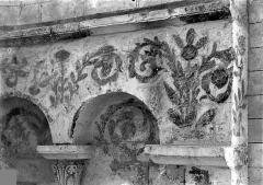 Ancienne église abbatiale - Peinture murale d'une absidiole du déambulatoire : Ornementation végétale