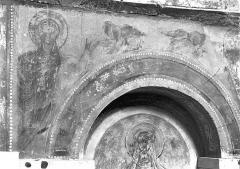 Ancienne église abbatiale - Peinture murale d'une absidiole du déambulatoire (écoinçon d'une arcature) : Figure de saint