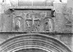 Eglise Saint-Pierre-et-Saint-Paul - Façade ouest - Bas-relief encastré entre la fenêtre et le portail : La Crucifixion (Le Christ entre les bourreaux et les allégories du soleil et de la lune)