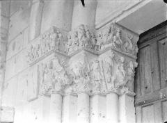 Cathédrale Saint-Pierre - Portail de la façade nord dit porte Saint-Michel - Chapiteaux, côté gauche : Voyage des mages et leur entrevue avec Hérode, Fuite en Egypte, Massacre des Innocents