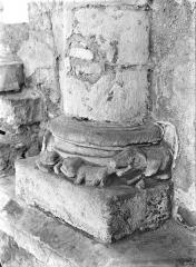 Eglise Saint-Hilaire - Base de colonne : Animaux sculptés
