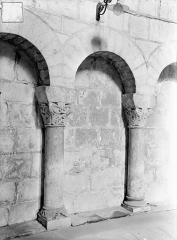 Eglise Saint-Jean de Montierneuf - Arcatures de la nef : Deux colonnettes et leurs chapiteaux
