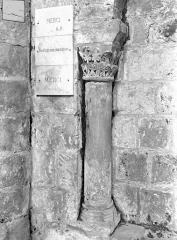 Eglise Saint-Jean de Montierneuf - Arcatures de la nef : Une colonnette et son chapiteau