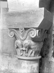 Eglise Saint-Jean de Montierneuf - Chapiteau : Eléphants