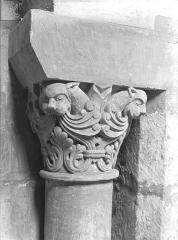 Eglise Saint-Jean de Montierneuf - Chapiteau : Feuillages et têtes d'animaux