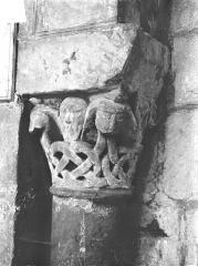 Eglise Saint-Jean de Montierneuf - Chapiteau : Masques et rinceaux