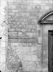 Eglise Saint-Jean de Montierneuf - Fragments encastrés à l'est : Frise de rinceaux
