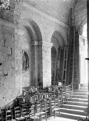Eglise Sainte-Radegonde - Vue intérieure du narthex : Mur sud et escalier