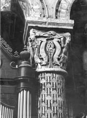 Eglise Sainte-Radegonde - Chapiteau du choeur : Personnages et animaux