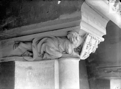 Ancien Palais des Comtes de Poitiers - Vue intérieure de la salle des Pas-Perdus : Chapiteau de la cheminée