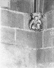 Ancien Palais des Comtes de Poitiers - Vue intérieure de la Tour Maubergeon : Console sculptée