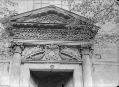 Ancien doyenné Saint-Hilaire - Fronton de porte