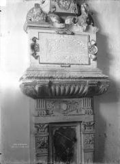 Ancienne collégiale, actuellement église Sainte-Marie-Madeleine - Tombeau de Claude d'Espinay, fille de Guy III d'Espinay, morte en 1554 (détail)