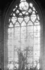 Ancienne collégiale, actuellement église Sainte-Marie-Madeleine - Vitrail : Le Christ en croix avec les deux larrons