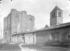 Château d'Harcourt - Donjon du château et clocher de l'église