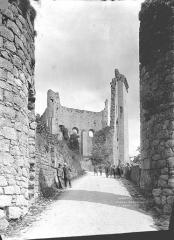 Château baronial ou des Evêques de Poitiers - Chemin d'accès