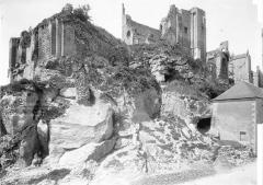 Château baronial ou des Evêques de Poitiers - Ensemble sud, pris en contre-plongée