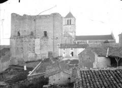 Château d'Harcourt - Donjon du château et église, pris du nord