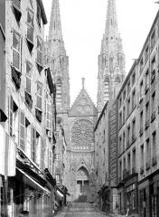 Cathédrale Notre-Dame - Façade ouest, prise de la rue des Gras