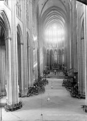 Cathédrale Notre-Dame - Vue intérieure de la nef vers le choeur