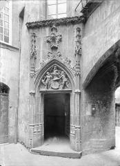 Hôtel Savaron - Cour intérieure : Porte d'escalier