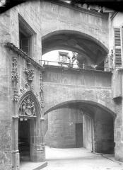 Hôtel Savaron - Cour intérieure : Porte d'escalier et porche
