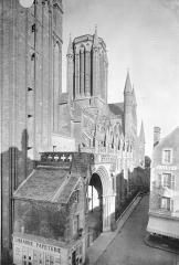 Cathédrale Notre-Dame - Façade sud en perspective, vers l'est