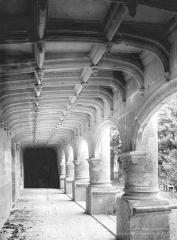 Château et ses dépendances - Vue intérieure de la galerie du rez-de-chaussée