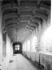Château et ses dépendances - Vue intérieure de la galerie du 1er étage