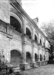 Château et ses dépendances - Façade est à double galerie d'arcades : Vue d'ensemble en perspective