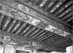 Château et ses dépendances - Salle du 1er étage : Plafond à poutrelles peintes